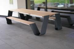 Edelstahlgestell mit Tisch und Bänken in einem